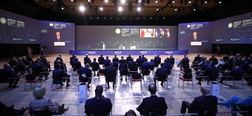 Путин выступил на пленарном заседании экономического форума